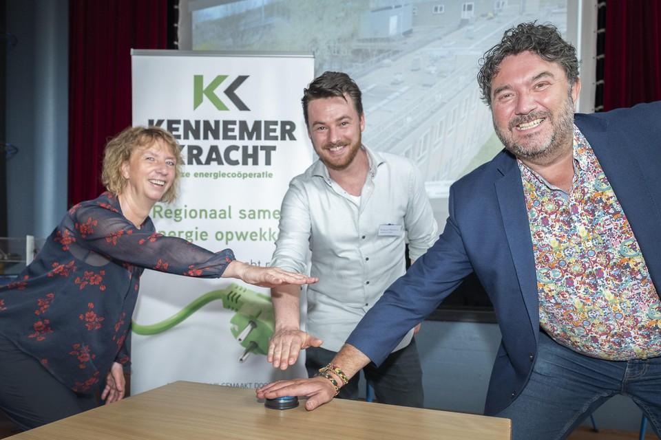 Erna Hollander (l), voorzitter van Kennemer Kracht, en de Haarlemse wethouders Berkhout en Botter bij de ingebruikstelling afgelopen juni van het zonnedak op het Mendelcollege in Haarlem.