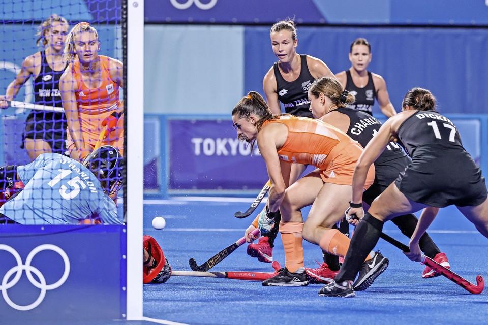 Uit een voorzzet van Laurien Leurink opent Lidewij Welten de score tegen Nieuw-Zeeland.