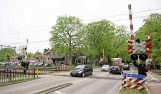 Overweg bij De Generaal in Baarn is bijna de aller risicovolste spoorkruising van het hele land en Prorail wil dus maatregelen. Aantal 'incidenten'? Dertien in 45 jaar [video]