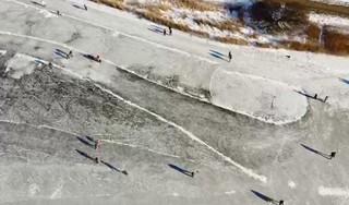 Nog even genieten voor de dooi het wint: schaatsers bij Heemskerk vanuit de lucht [video]