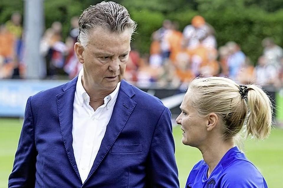 Louis van Gaal en Sarina Wiegman, bondscoachvan de Nederlandse voetbalvrouwen.