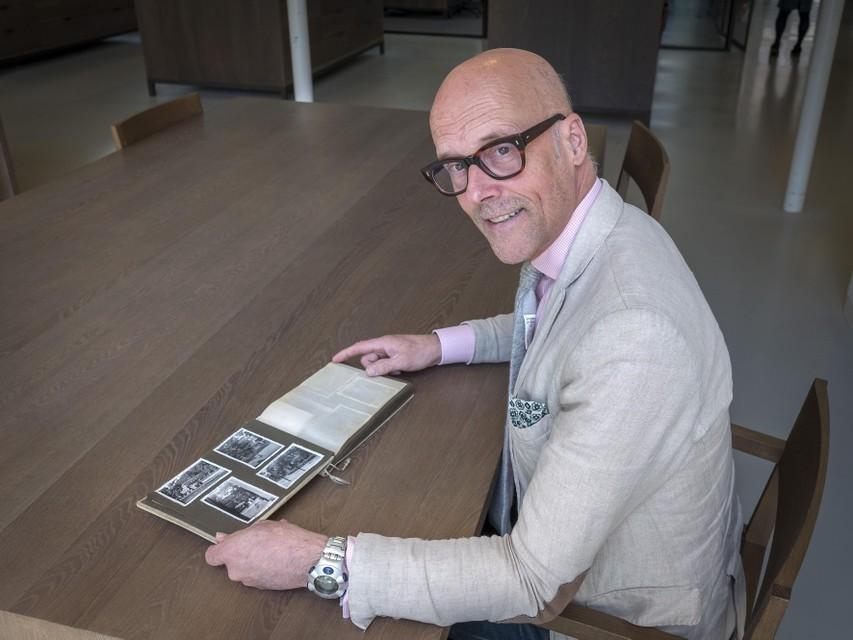 Conservator beeldcollecties Alexander de Bruin met het boek met oorlogsfoto's.