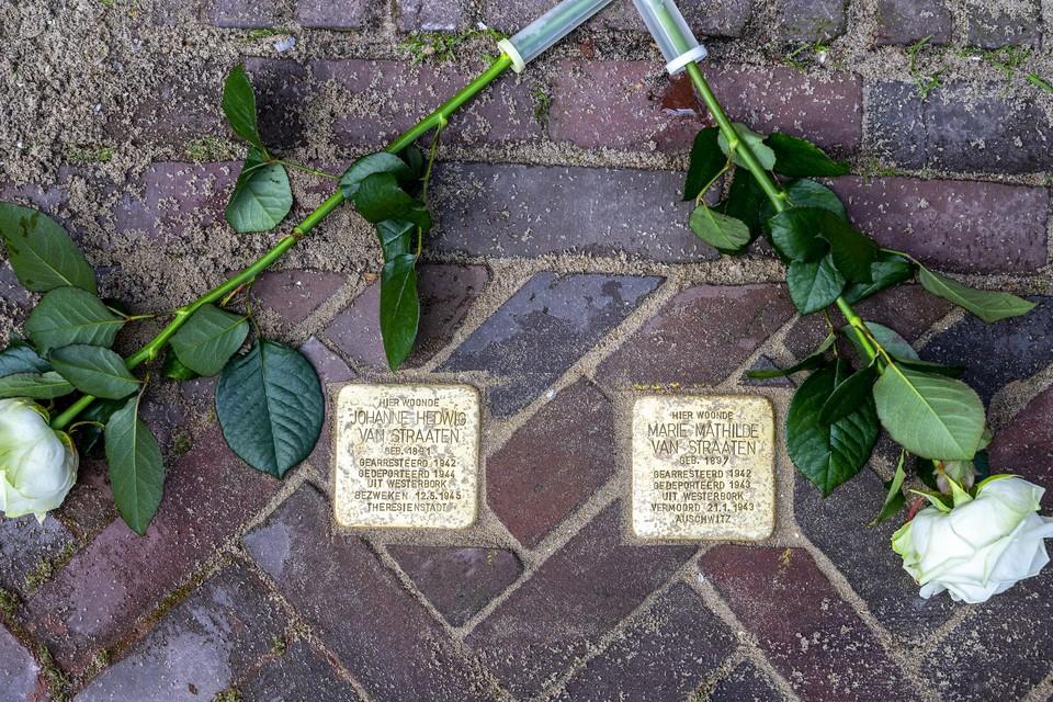 De struikelstenen voor Hannie van Straaten en haar zus Marietje.