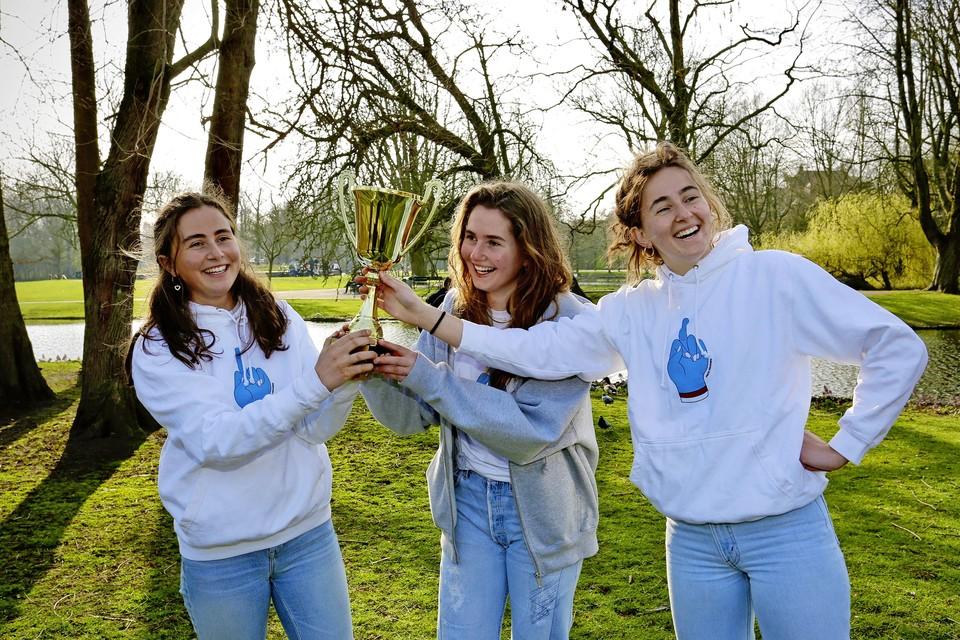 Stella, Sara en Evita Kwant in het Vondelpark met hun award.