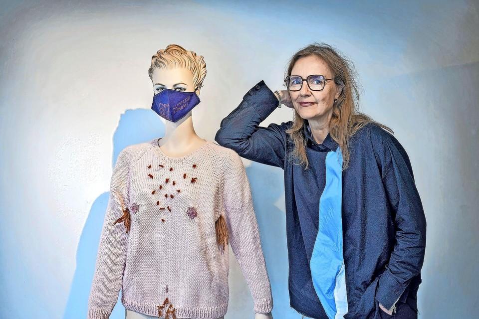 Marlies Visser bij een werk van Jip van der Toorn, te zien bij Galerie Kruis-Weg68 in Haarlem.