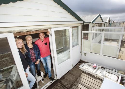 De hele zomer op het IJmuiderstrand: 'Alleen naar huis voor de krant en de post'
