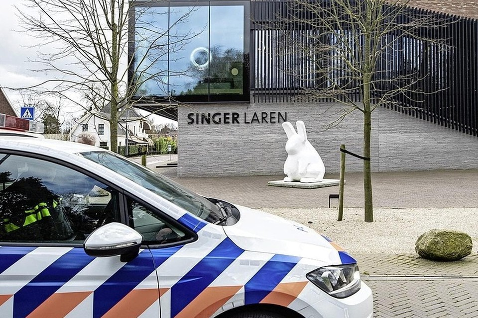 Singer Laren kort na de diefstal van de Lentetuin van Van Gogh.