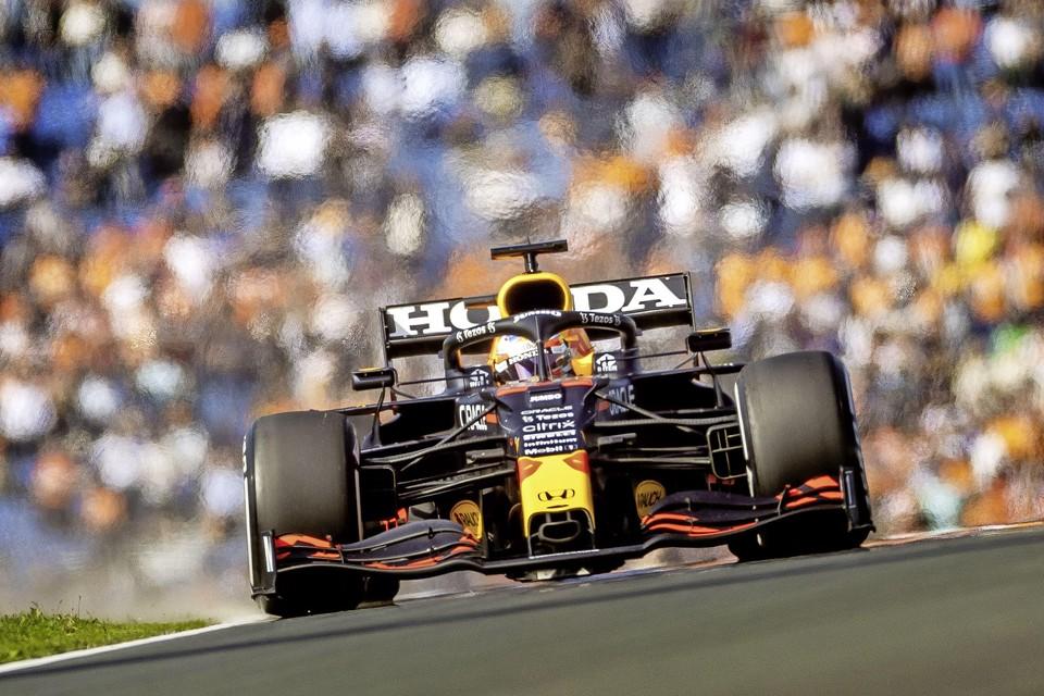 Max Verstappen ondergedompeld in een oranje ambiance tijdens de vrije training.