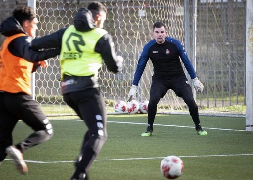 Piet Velthuizen is nog niet fit genoeg om te keepen bij Telstar. Wie er dan wel onder de lat staat, dat zegt Jonker eerst tegen zijn spelers