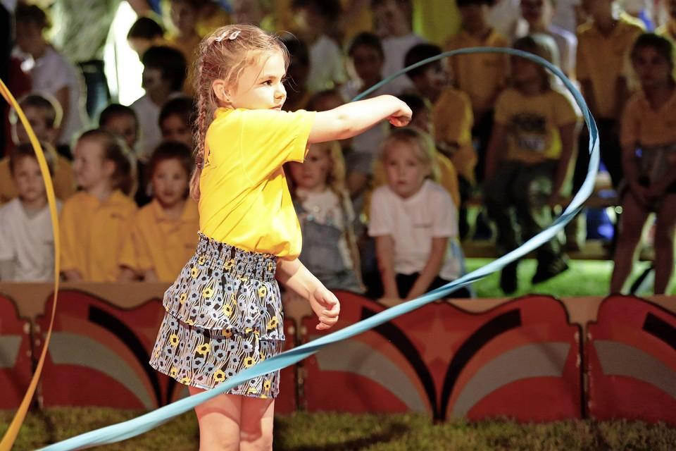 De 7-jarige Sophie Looman mag net als alle kinderen optreden in de volle tent.