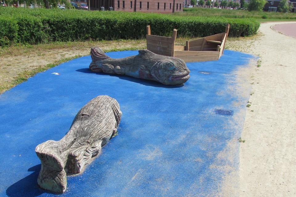 Het bootje bij de vissen is niet bestand gebleken tegen vandalisme.