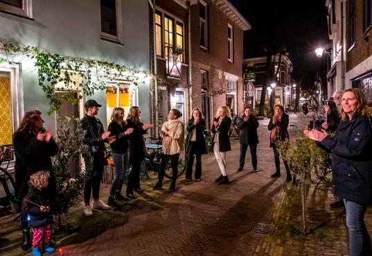 De klokken van de kathedrale basiliek beieren tijdens Haarlems eerbetoon aan helden van de coronacrisis [video]