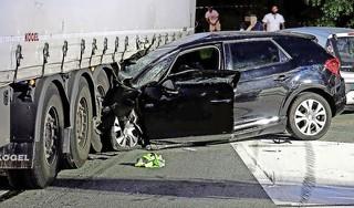 Automobilist (30) uit Halfweg zwaargewond bij botsing met vrachtwagen in Oostzaan [video]