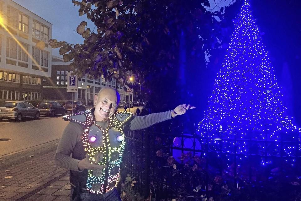 Harry Franssen poseert in stijl bij een deel van de versieringen van zijn huis. De vernielde lichtjes hingen in de boom ervoor.