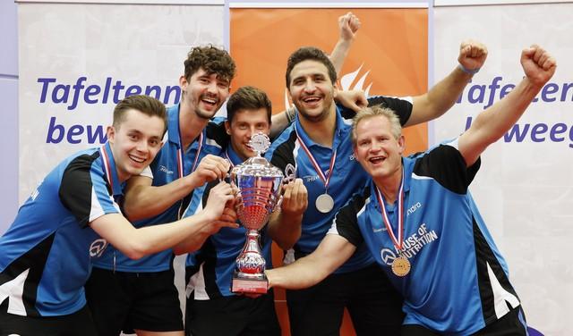 Tafeltennisploeg Hilversum wordt na turbulent seizoen voor het eerst in clubgeschiedenis Nederlands kampioen
