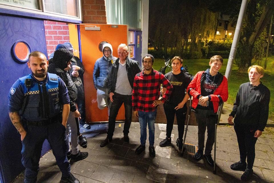 Jeugdboa Mike en burgemeester Dales ontmoeten jongeren van jeugdcentrum De Koe.
