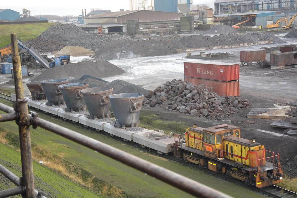 Een trein met slakpannen arriveert bij Harsco. Slak storten leidt tot veel stofklachten in Wijk aan Zee.