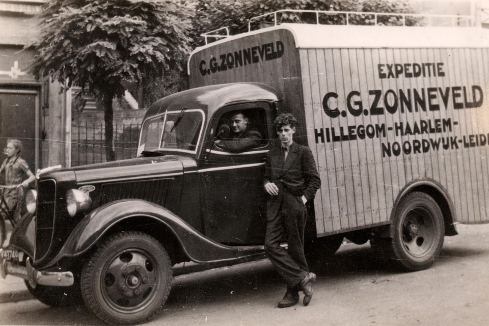 Adriaan Zonneveld bij een vrachtauto in 1946. Dit is een Ford '35.