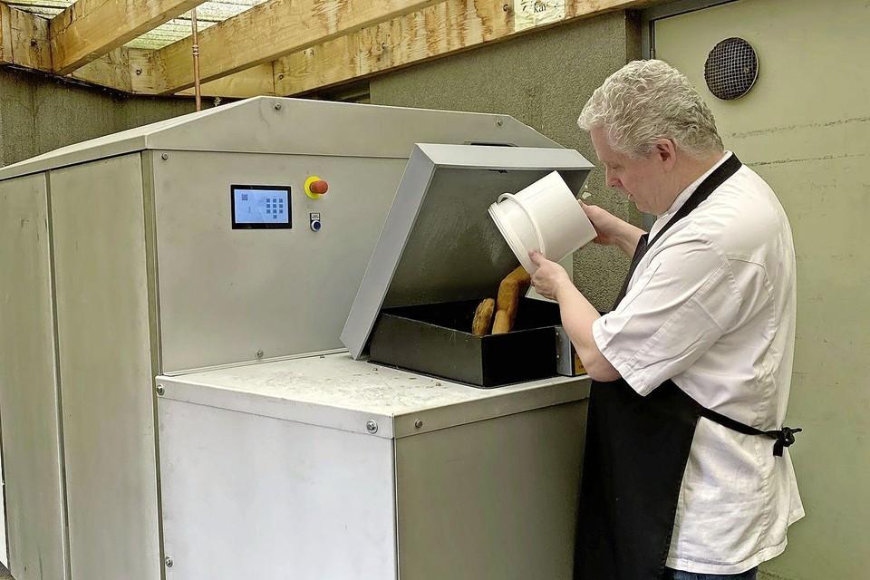 Marc Sijms, één van de koks van Naarderheem, neemt de BioDigester 50 in gebruik.