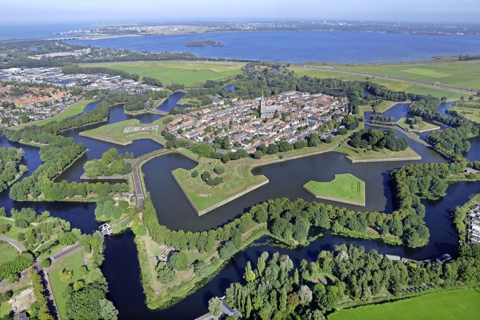 Bastion Nieuw Molen (pijlpunt links) mogelijk plek voor zonnepanelen boven of op de parkeerplaats.