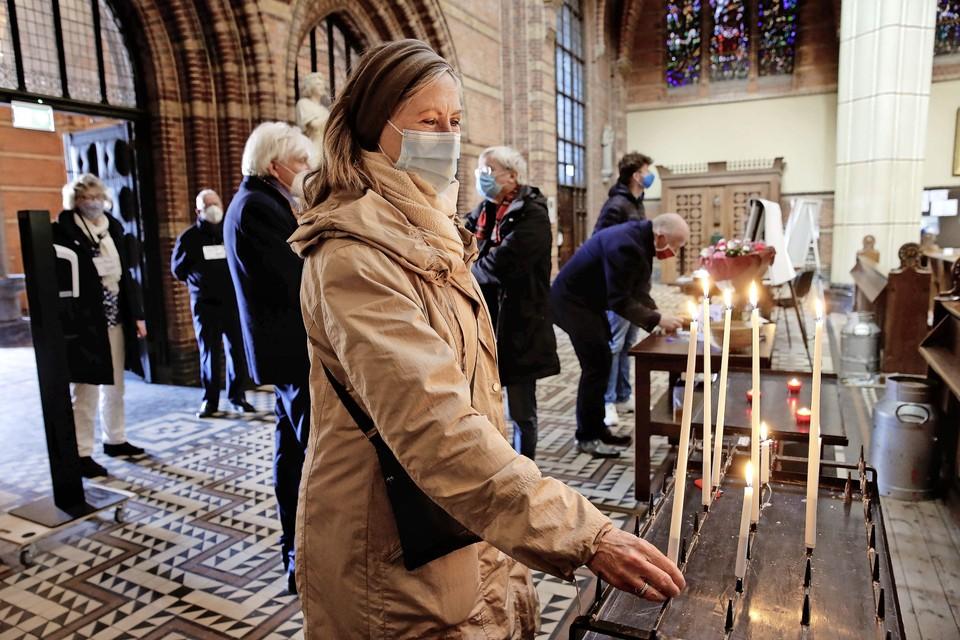 In de Sint Vituskerk komen veel mensen hun medeleven betuigen met Pieter Broertjes.