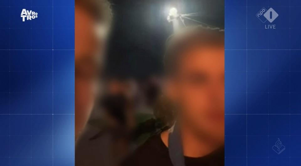 Een close-up van twee jongens die de mishandeling hebben gefilmd. Hun gezichten zijn voor de uitzending geblurd.