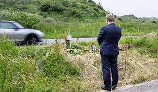 Burgemeester Roest legt bloemen bij herdenkingsplek Ivana en Beau. De Zeeweg geeft, de Zeeweg neemt