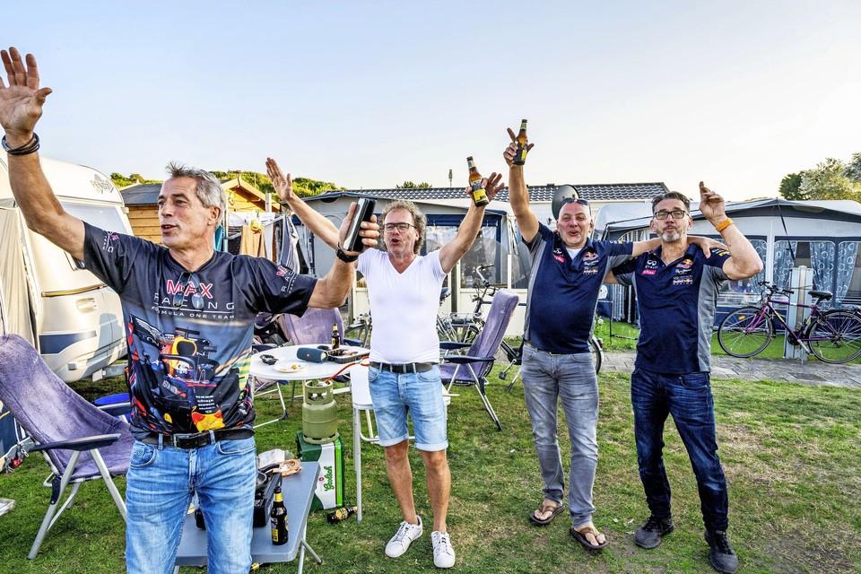 Uitgelaten racefans op camping De Duindoorn.