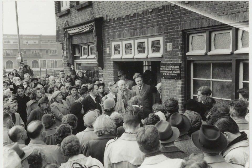Onthulling van de gedenkplaat ter ere van Jacob Jan Hamelink in 1952.