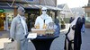 Etalagepoppen te gast op terras van InSolar in Huizen; ludieke actie horeca en winkeliers tegen coronamaatregelen. 'Ik sta hier gewoon met tranen in m'n ogen' [video]