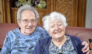 Echtpaar Barends na 65 jaar huwelijk nog steeds hand in hand. Paul had alles tegen, hij was geen boer en droeg een bril