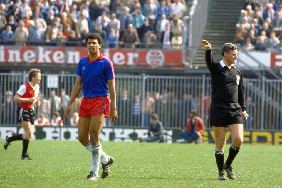 Ruud Gullit in het shirt van Haarlem in de wedstrijd op 18 april 1982 tegen Feyenoord, de club die hem enkele maanden later koopt.