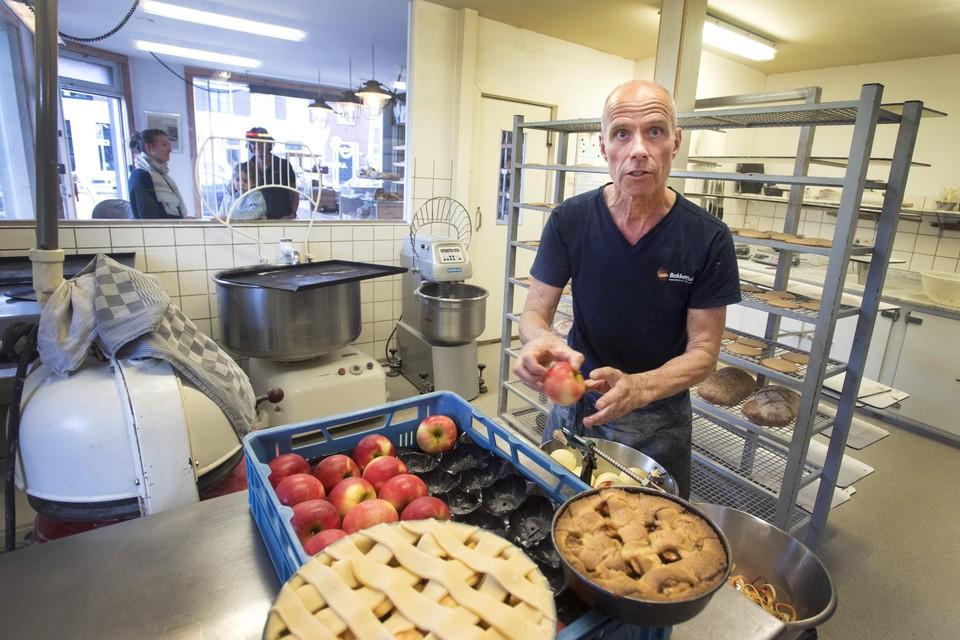 Peter Kuin jureert bij de appeltaartbakwedstrijd.