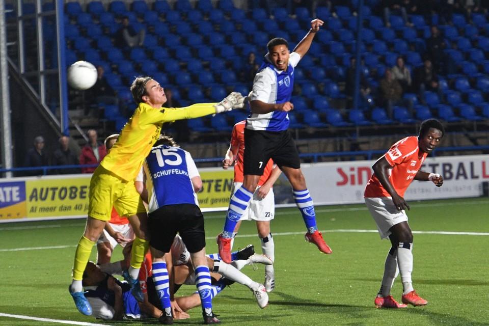 Keeper Duke Verduin kan niet voorkomen dat Jan-Willem Tesselaar scoort voor ADO'20.