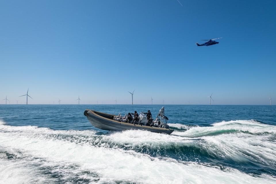 Ineens had de ploeg van stichting Duik de Noordzee Schoon een helikopter en snelle boten achter zich aan.