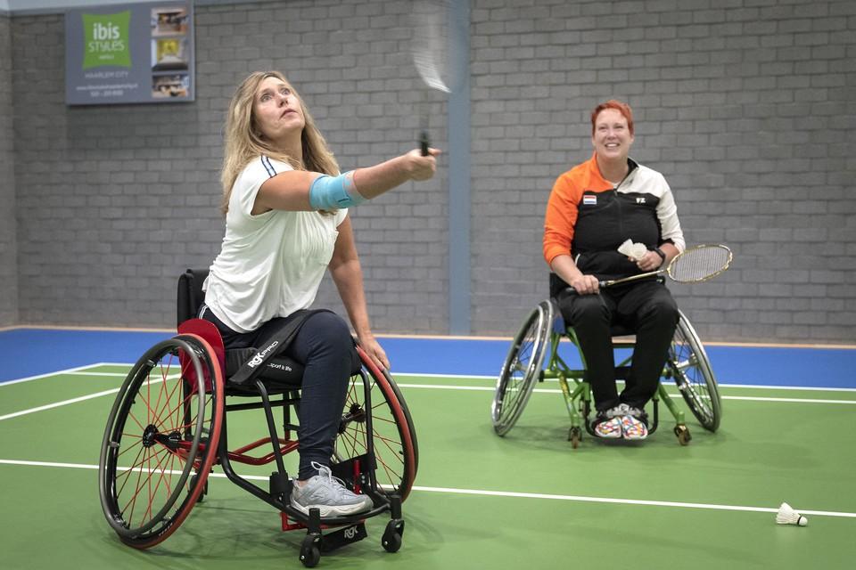 Parabadmintonster Ilse Moerkerk kreeg les van paralympisch coach Ilse van de Burgwal.
