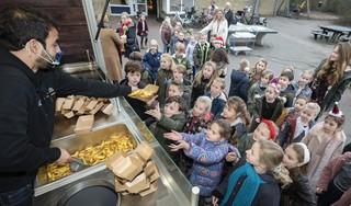 Laatste schooldag voor de kerstvakantie wordt afgesloten met verse friet op Toermalijn in Driehuis en een kerstcadeautje op Sleutelbloem in Beverwijk: 'We gaan iedereen missen' [video]