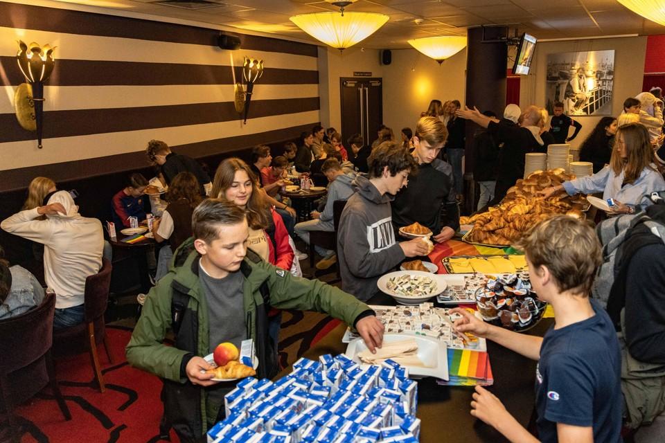 Broodjes en beleg stonden er klaar op de tafels in de Stadsschouwburg Velsen.