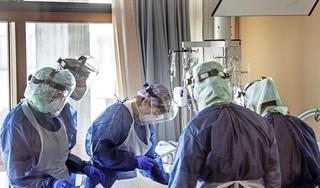 Zorgmedewerkers na vakantie nog moe van coronacrisis, en Diederik Gommers roept studenten op bij elkaar in isolatie uit te zieken