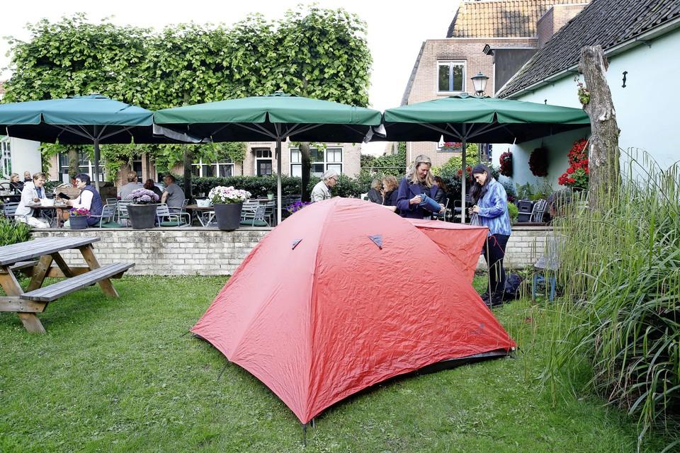 De tent staat naast het terras van restaurant Gieling in Muiden.