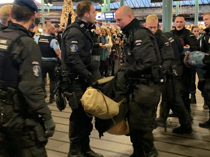Actie in Schiphol Plaza voorbij: 26 klimaatactivisten gearresteerd