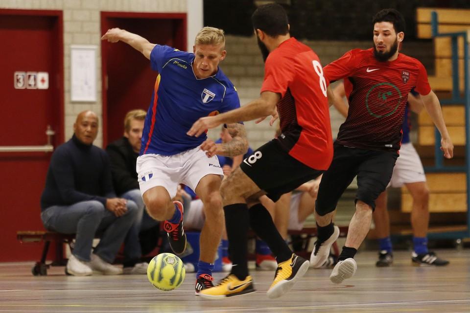 FC Weesp moet in de laatste vijf competitiewedstrijden nog vol aan de bak om degradatie uit de topklasse A te voorkomen.