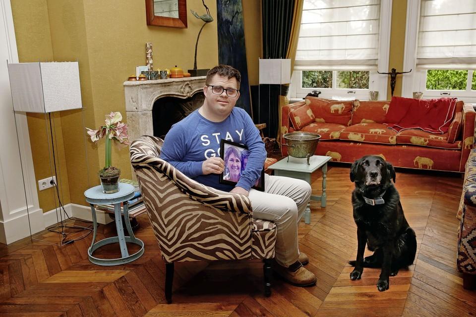 """Bart Huisman met een foto van zijn moeder en hond Boris. ,,Met muziek kan je een verhaal vertellen."""""""