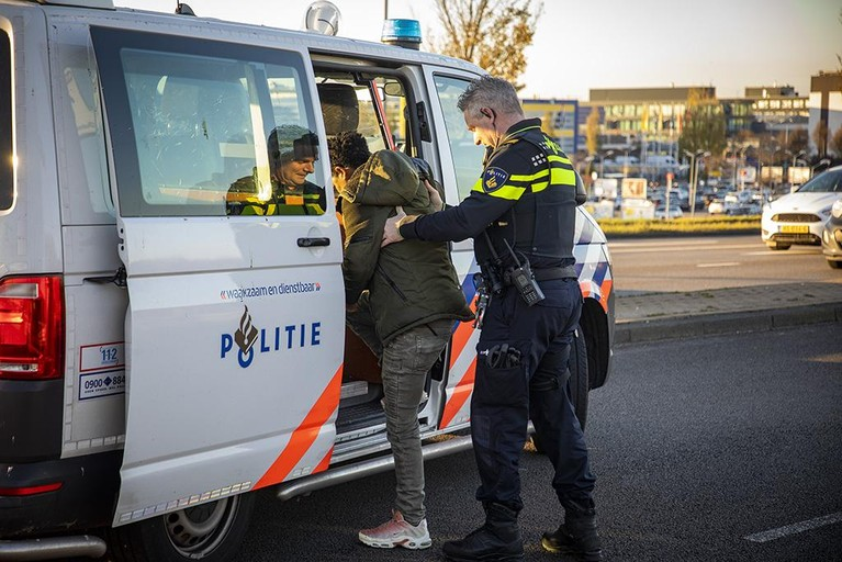 Automobilist zonder rijbewijs veroorzaakt kop-staartbotsing op A200 in Haarlem