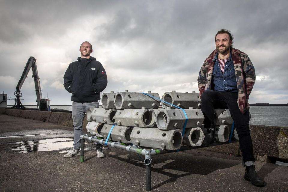 Jesse de Bont (links) en Max Dijkstra van ReefSystems voor de tewaterlating van de kunstmatige rif bij de Zuidpier.