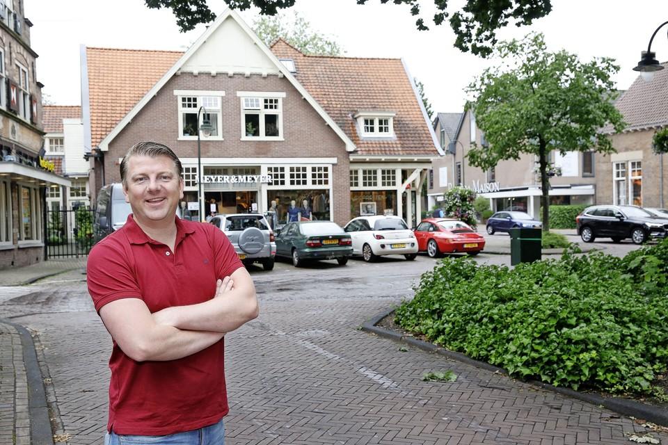 Rutger Siersma voor het pand in het centrum van Laren waar hij zijn derde wijnwinkel opent.