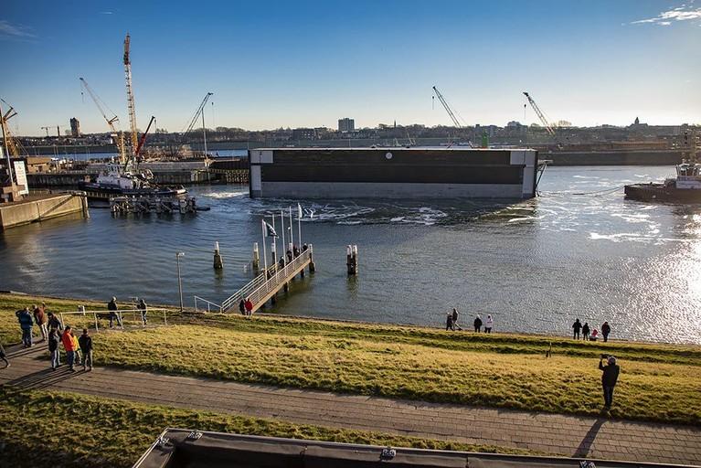 Eerste sluisdeur nieuwe zeesluis aangekomen in IJmuiden [video]