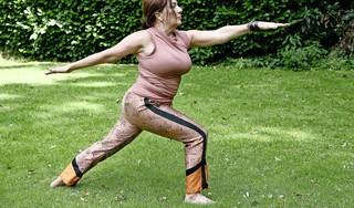 Loraine van den Broek geeft yogales aan mensen met Parkinson; 'Ze kon weer langzaam haar been bewegen. Even voelde ze controle over haar lichaam'