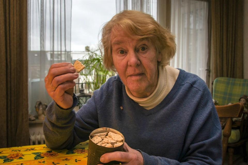 Elly Olthoff bewaart een blikje met biscuits, dat in 1945 is afgeworpen boven Bennebroek bij een voedseldropping.