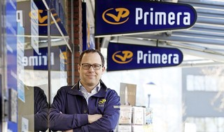 Ronald de Beer van Primera mag wel een postzegel verkopen maar geen kaart. 'Ik lig 's nachts van 12 tot 4 naar het plafond te staren'   Serie 1 jaar corona